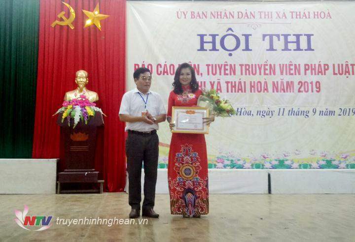 Ban tổ chức trao giải cá nhân cho thí sinh Trần Duy Na đến từ đơn vị xã Đông Hiếu.