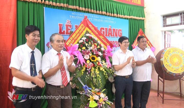 Lãnh đạo huyện tặng hoa chúc mừng lễ khai giảng.