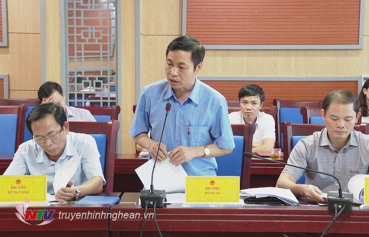 Giám đốc Sở Nội vụ Lê Đình Lý báo cáo tại hội nghị.