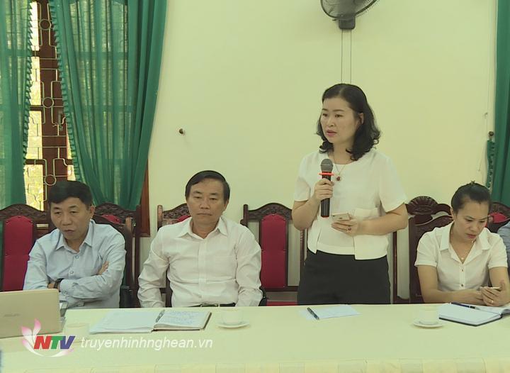 Nhà báo Hoa Mơ - Đài PT-TH Nghệ An phát biểu tại cuộc họp.