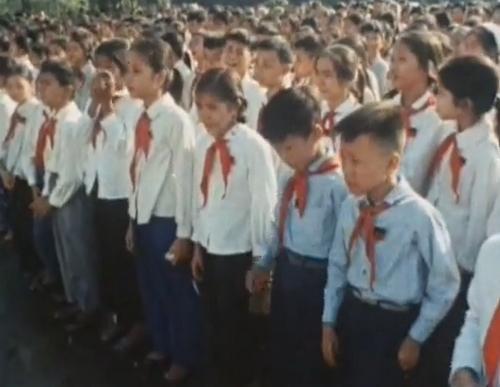 """""""Điếu văn kết thúc, phi đội máy bay bay qua quảng trường Ba Đình, nghiêng cánh chào vĩnh biệt Chủ tịch Hồ Chí Minh thì cả nghìn người ở quảng trường oà lên nức nở"""". Dù Bác đã đi xa được 50 năm nhưng những hình ảnh về Lễ tang của Người vẫn khiến những người con đất Việt không khỏi nghẹn ngào xúc động.  Ảnh Nihon Denpa News."""