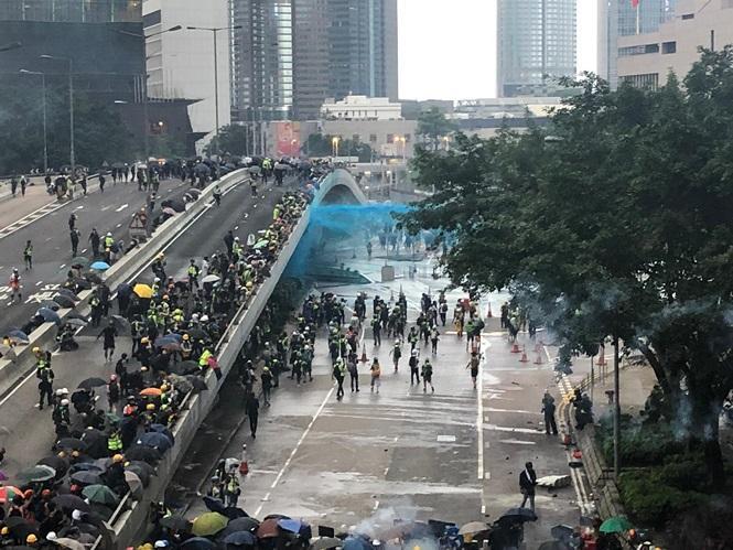 Cảnh sát Hong Kong phun vòi rồng pha thuốc nhuộm xanh vào đám đông biểu tình.