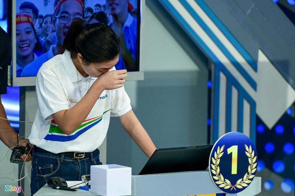 Ở vòng thi Vượt chướng ngại vật, chỉ sau một hàng ngang gợi ý, Thu Hằng bất ngờ nhấn chuông giành quyền trả lời.