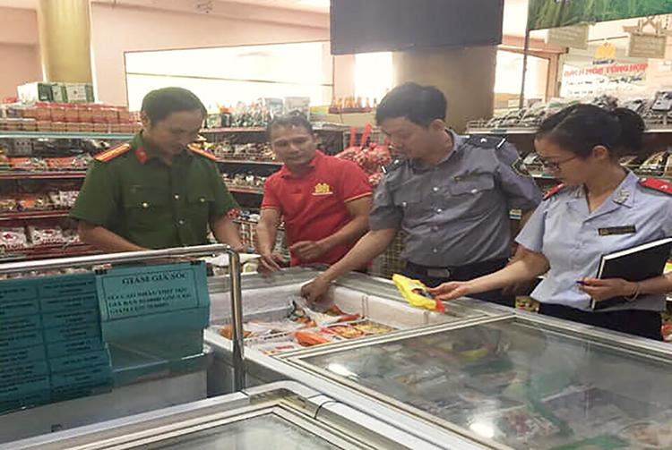 Cán bộ đoàn liên ngành của Nghệ An kiểm một cơ sở, song không phát hiện sản phẩm pate Minh Chay.