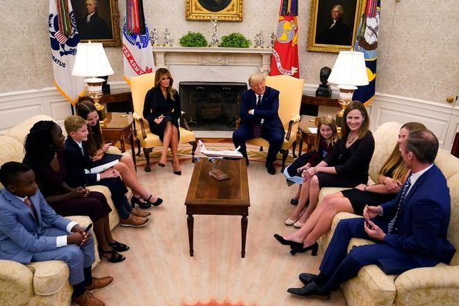 Tổng thống Trump gặp Thẩm phán Amy Coney Barrett và gia đình bà tại Phòng Bầu dục ở Nhà Trắng. Ảnh: New York Times.