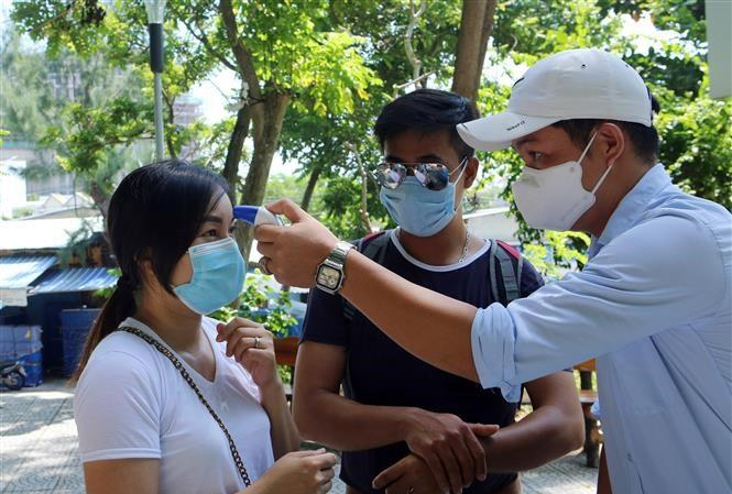 Đo thân nhiệt cho du khách đến tham quan danh thắng Ngũ Hành Sơn, Đà Nẵng.