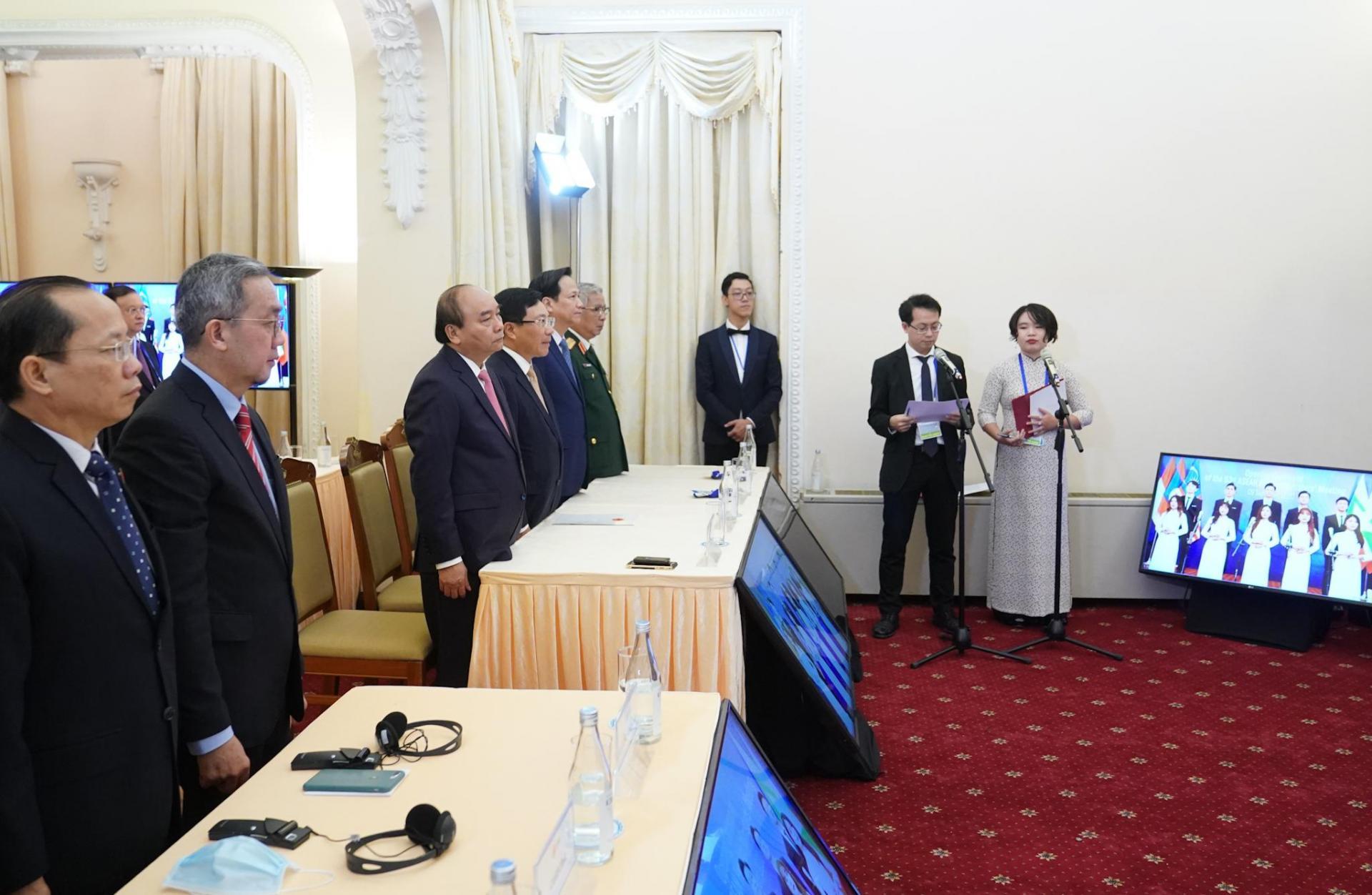 Thủ tướng Nguyễn Xuân Phúc, Phó Thủ tướng, Bộ trưởng Ngoại giao Phạm Bình Minh và các đại biểu thực hiện nghi lễ khai mạc Hội nghị.