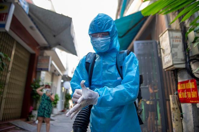 Nhân viên y tế phun khử trùng khu dân cư tại Đà Nẵng.