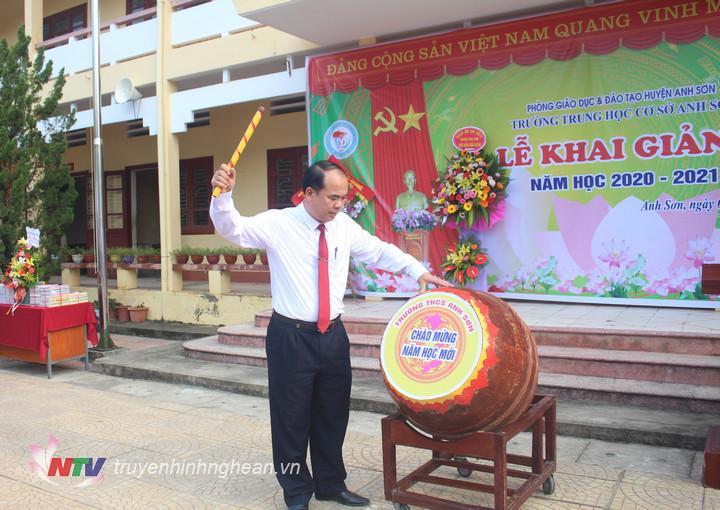 Lãnh đạo huyện đánh trống khai trường tại Trường THCS Anh Sơn.