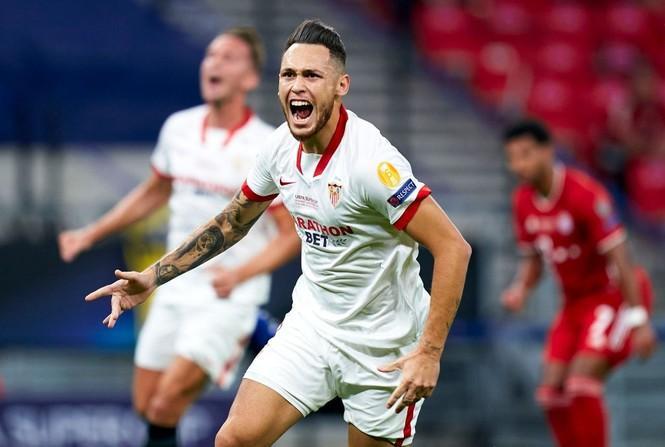 Ocampos ăn mừng bàn mở tỉ số cho Sevilla.