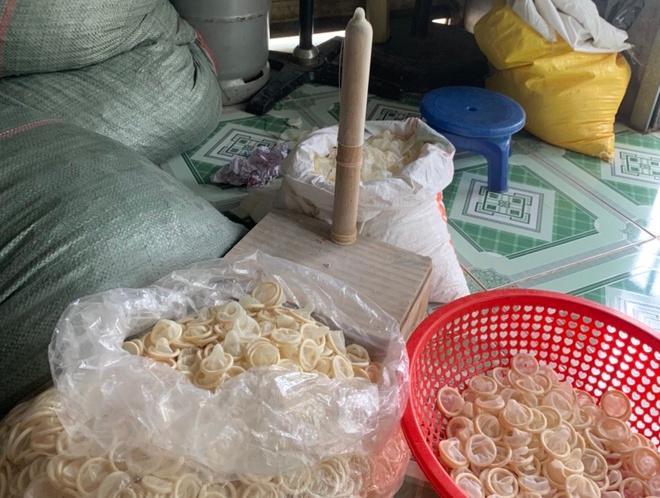 Số bao cao su đang được tái chế tại nhà trọ của bà Ngọc.