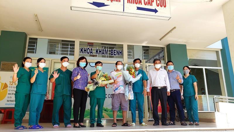 Bà Ngô Thị Kim Yến (Giám đốc Sở Y tế Đà Nẵng) và các y, bác sĩ Bệnh viện dã chiến Hòa Vang chúc mừng bệnh nhân 936 xuất viện.