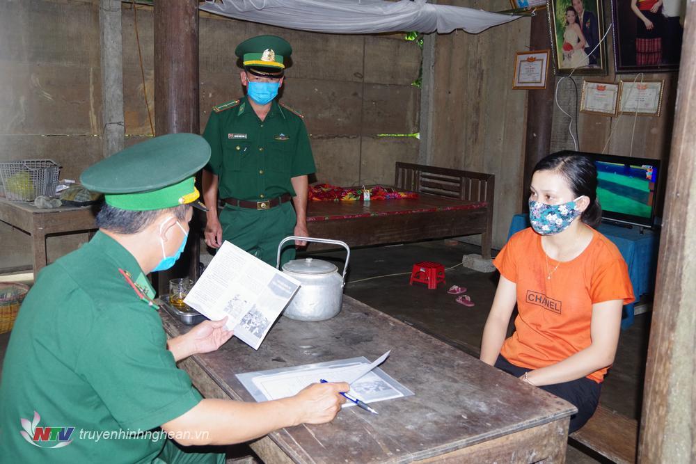 BĐBP Nghệ An tuyên truyền người dân phòng chống dịch Covid -19.