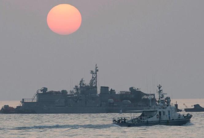 Một con tàu đi ngang qua căn cứ nổi của hải quân Hàn Quốc khi mặt trời mọc gần đảo Yeonpyeong. Ảnh: AP