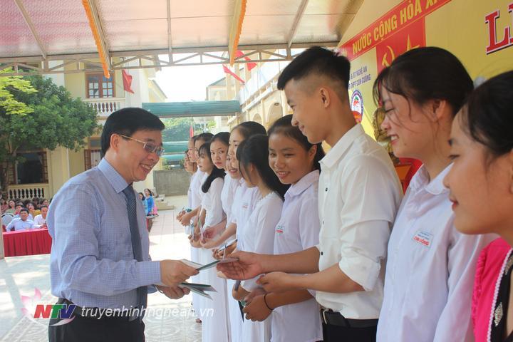 Phó Bí thư Tỉnh uỷ Nguyễn Văn Thông trao quà cho học sinh có hoàn cảnh khó khăn vươn lên học tốt tại huyện Con Cuông.
