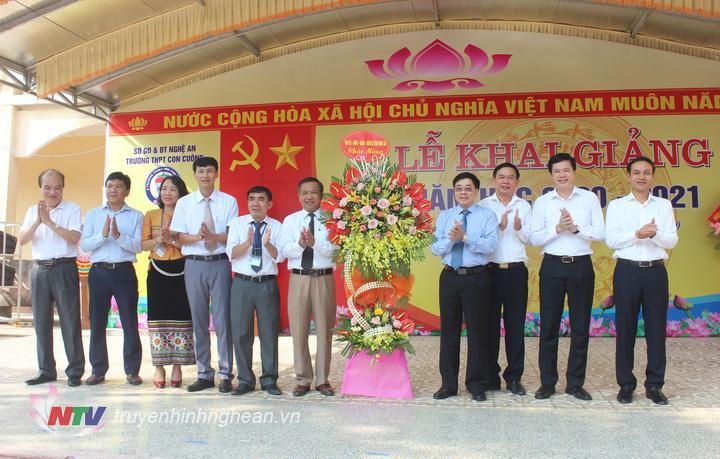 Phó Bí thư Tỉnh uỷ Nguyễn Văn Thông dự và tặng hoa chúc mừng tại lễ khai giảng năm học mới Trường