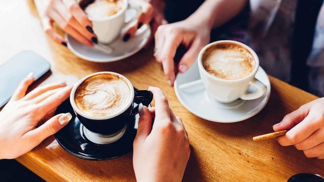 Lượng caffeine tiêu thụ quá lớn khiến cơ thể mất nước và đôi mắt thiếu sức sống.
