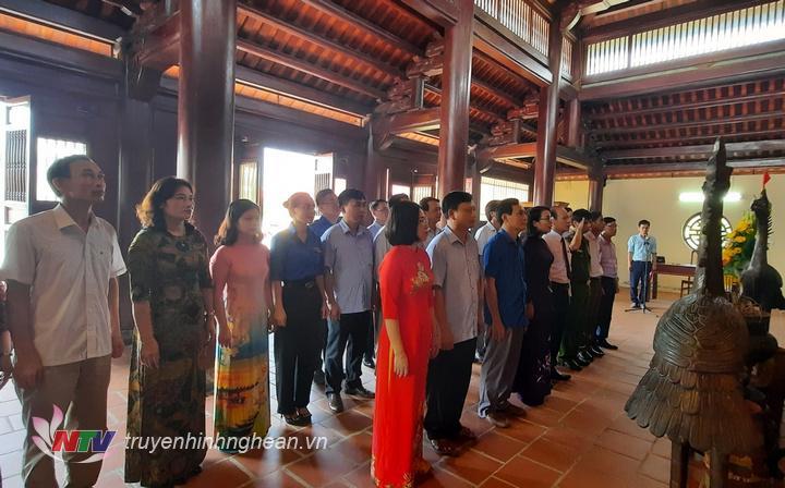 Các đại biểu tưởng niệm đồng chí Cố Tổng Bí thư Lê Hồng Phong