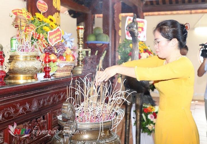 Chủ tịch UBMTTQ tỉnh Võ Thị Minh Sinh dâng nén hương thơm lên Tổng Bí thư Lê Hồng Phong