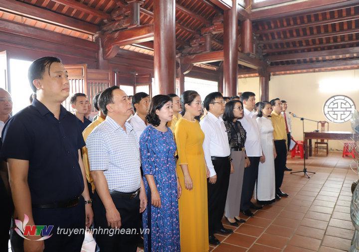 Các đại biểu tưởng niệm Tổng Bí thư Lê Hồng Phong