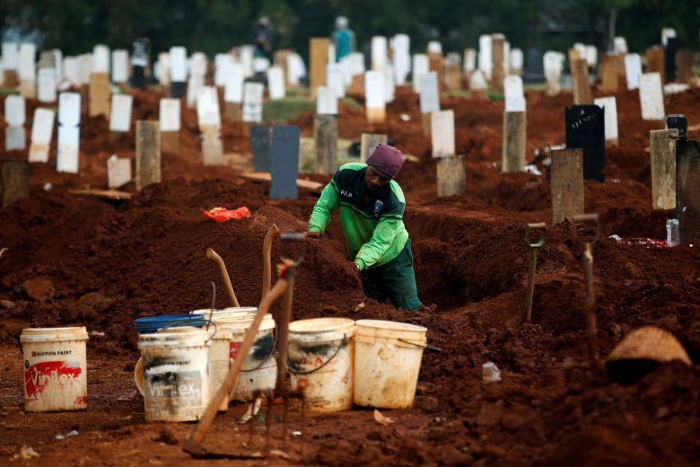 Công nhân đào huyệt cho các nạn nhân COVID tại nghĩa trang Pondok Ranggon ở Jakarta. Ảnh: Reuters