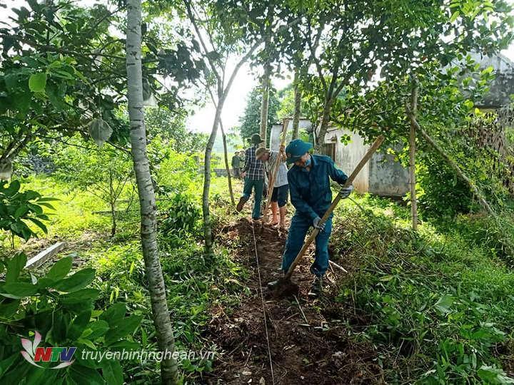 Giúp hội viên xây dựng hàng rào ở Nghĩa Thọ