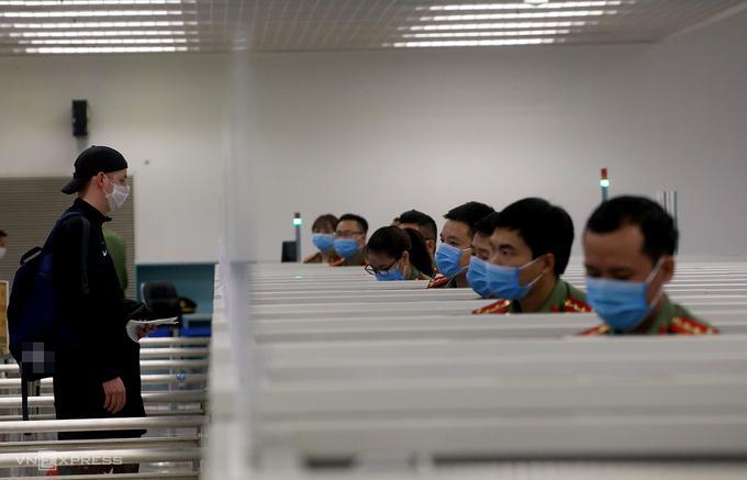 Người nước ngoài làm thủ tục nhập cảnh vào cửa khẩu sân bay Nội Bài hồi tháng 3/2020.
