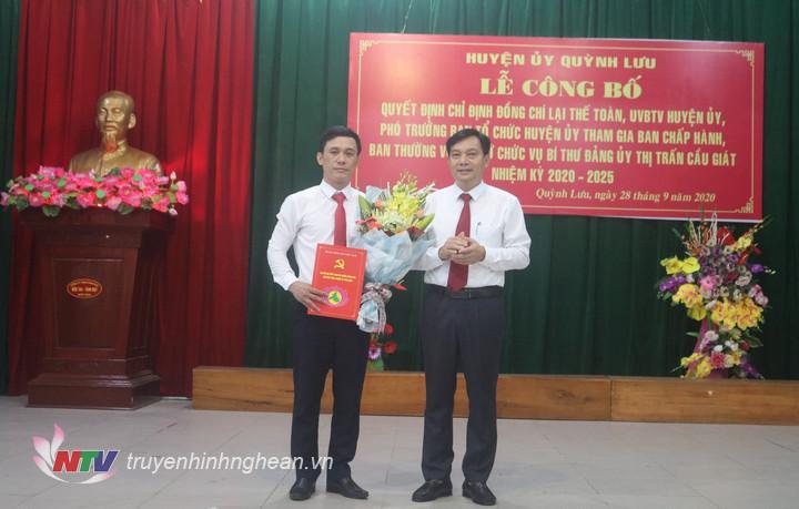 Đồng chí Lê Xuân Kiên – Phó bí thư thường trực huyện ủy trao quyết định và tặng hoa chúc mừng đồng chí Lại Thế Toàn