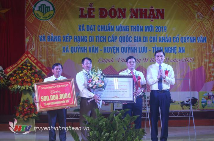 Phó Chủ tịch UBND tỉnh Hoàng Nghĩa Hiếu trao bằng công nhận xã đạt chuẩn NTM và công trình phúc lợi của UBND tỉnh cho xã Quỳnh Văn.