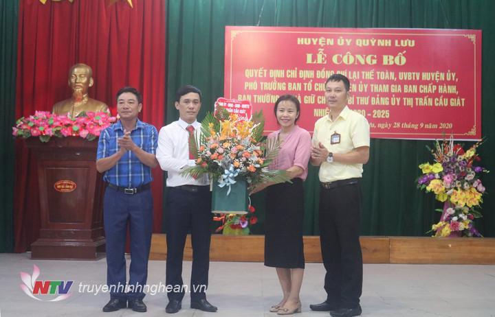 Ban thường vụ đảng ủy Thị trấn Cầu giát tặng hoa chúc mừng đồng chí Lại Thế Toàn