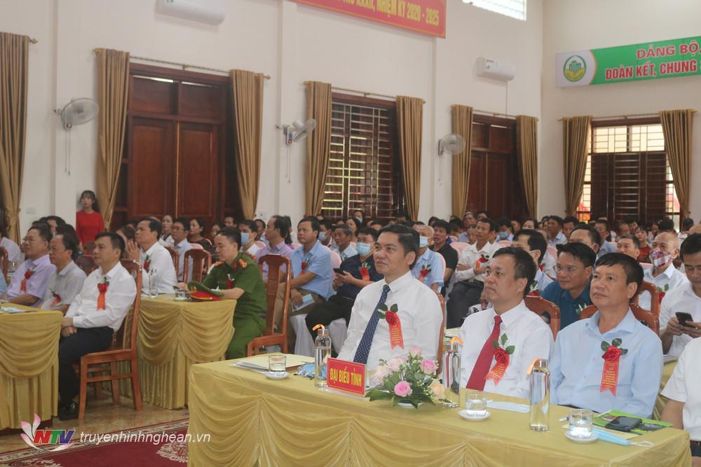 Các đại biểu dự buổi lễ.