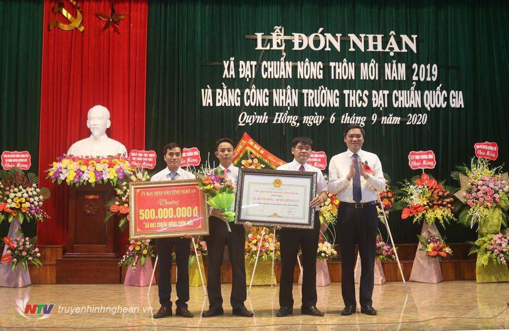 Phó Chủ tịch UBND tỉnh Hoàng Nghĩa Hiếu trao bằng công nhận đạt chuẩn NTM cho xã Quỳnh Hồng.