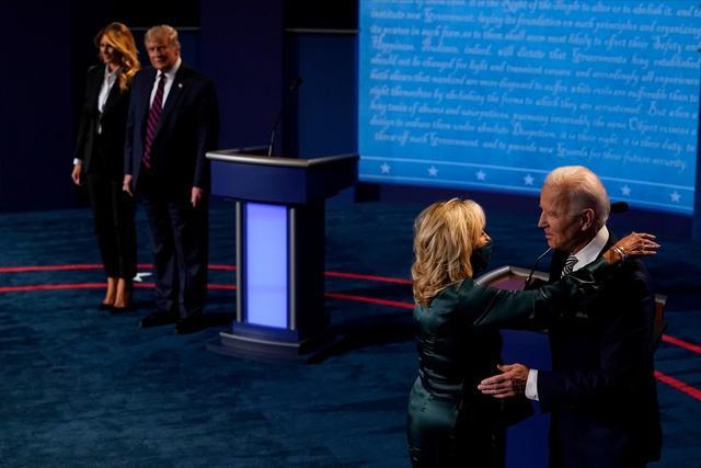 Hai ứng viên tổng thống từ đảng Cộng hòa và đảng Dân chủ sau cuộc tranh luận. Ảnh: Reuters.