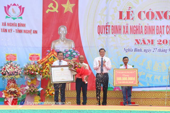Trao bằng công nhận xã đạt chuẩn NTM cho xã Nghĩa Bình.