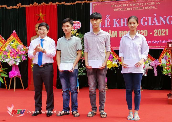 trao thưởng cho các em đạt điểm cao trong kỳ thi tốt nghiệp THPT quốc gia