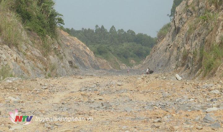 Đường vào Nhà máy xi măng Tân Thắng còn 700 mét chưa được thi công.