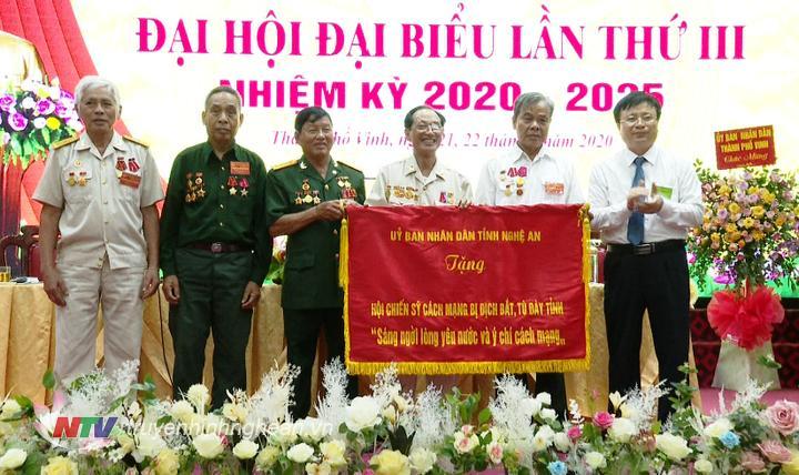 Phó Chủ tịch UBND tỉnh Bùi Đình Long trao tặng bức trướng với dòng chữ