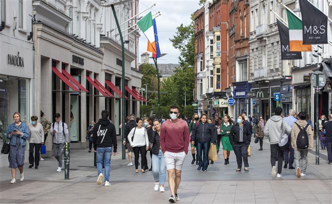 Người dân đeo khẩu trang phòng lây nhiễm COVID-19 tại Dublin, Ireland ngày 18/9/2020.