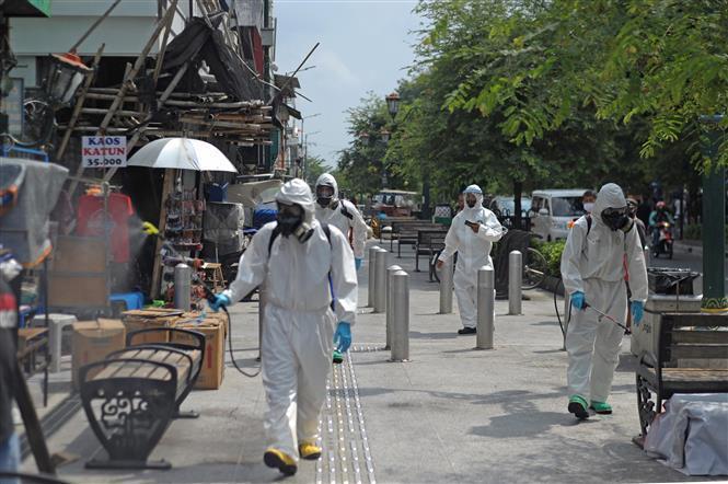 Phun thuốc khử trùng nhằm ngăn chặn sự lây lan của dịch COVID-19 tại Yogyakarta, Indonesia ngày 10/9/2020.