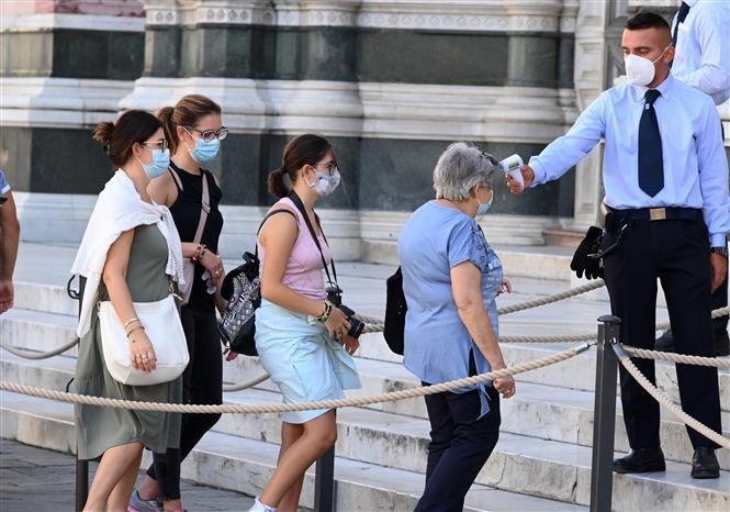 Kiểm tra thân nhiệt nhằm phòng ngừa dịch COVID-19 tại Florence, Italy, ngày 4/9/2020.