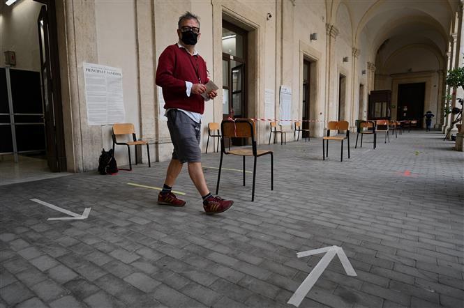 Cử tri sau khi bỏ phiếu tại một điểm bầu cử ở Rome, Italy, ngày 20/9/2020.
