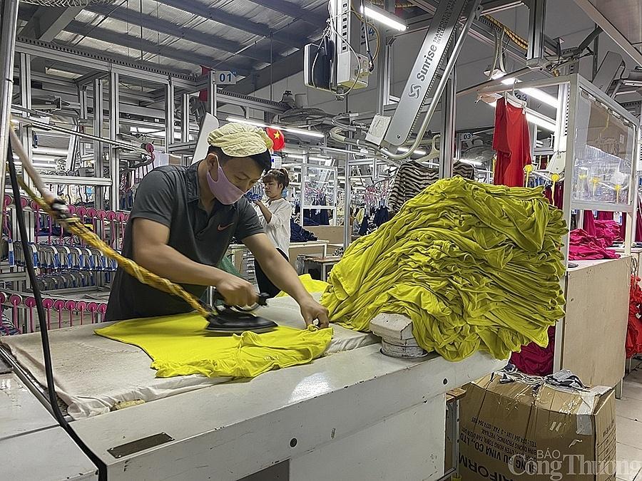 Công nhân trong dây chuyền sản xuất đơn hàng xuất khẩu của Công ty may Minh Anh (Nghệ An)