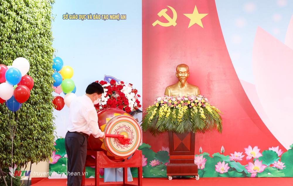 Phó Bí thư Trường trực Tỉnh uỷ Nguyễn Văn Thông đánh trống khai giảng năm học mới.