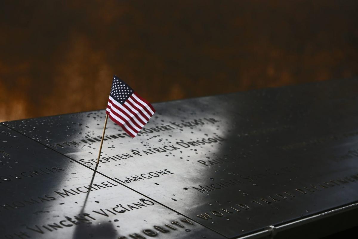 Tên của những nạn nhân thiệt mạng trong vụ khủng bố 11/9 được khắc lên thành của 2 hồ nước từng là nơi Tòa tháp Đôi của Trung tâm Thương mại Thế giới tồn tại. Ảnh: USA Today