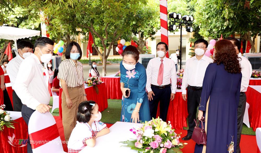 Lãnh đạo tỉnh hỏi thăm các cháu học sinh tại lễ khai giảng..