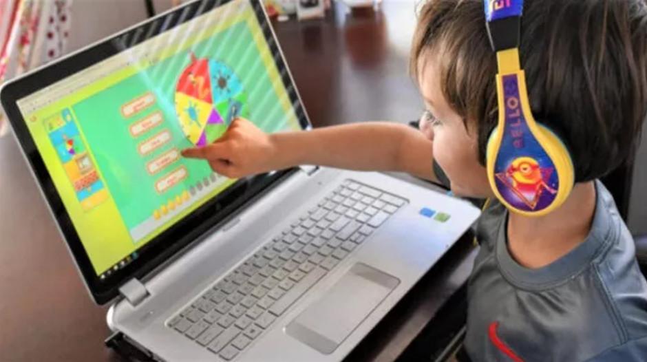 Cần sớm có hướng dẫn an toàn trong thời thời gian trẻ học trực tuyến kéo dài. Ảnh minh họa.
