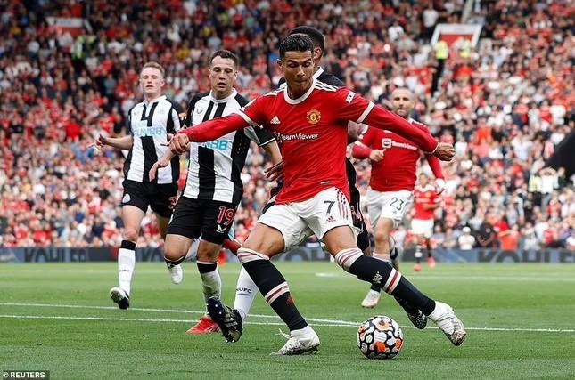 Ronaldo lập cú đúp ngay trong trận ra mắt MU. Ảnh Daily Mail
