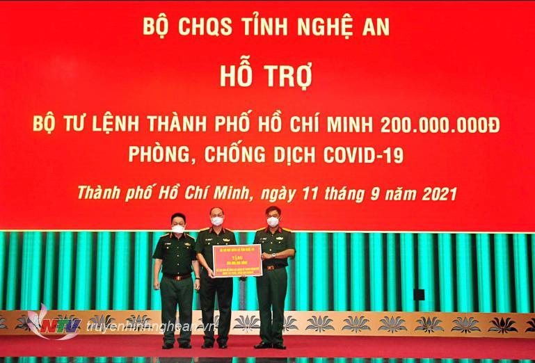 Đại diện lãnh đạo Bộ Tư lênh TP Hồ Chí Minh tiếp nhận tiền ủng hộ của cán bộ, chiến sỹ LLVT Nghệ An