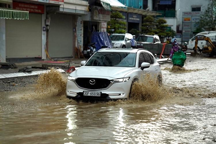 Trung Bộ mưa lớn, Bắc Bộ, Tây Nguyên và Nam Bộ có lốc, sét, mưa đá.