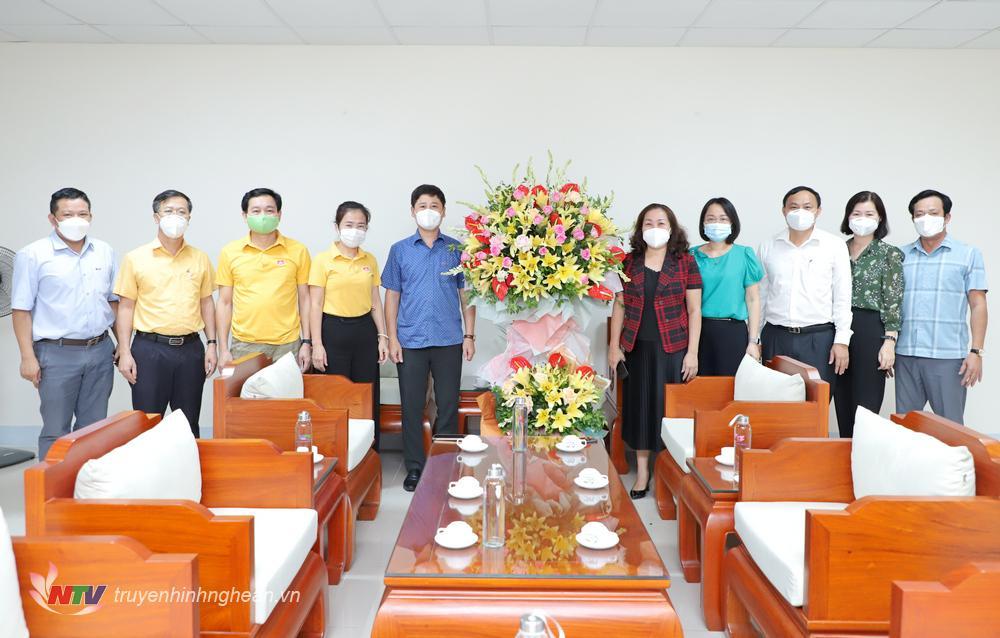 Lãnh đạo Ban Tuyên giáo Tỉnh uỷ; Uỷ ban MTTQ tỉnh tặng hoa chúc mừng Đài PTTH Nghệ An nhân kỷ niệm 65 năm phát thanh, 45 năm truyền hình.